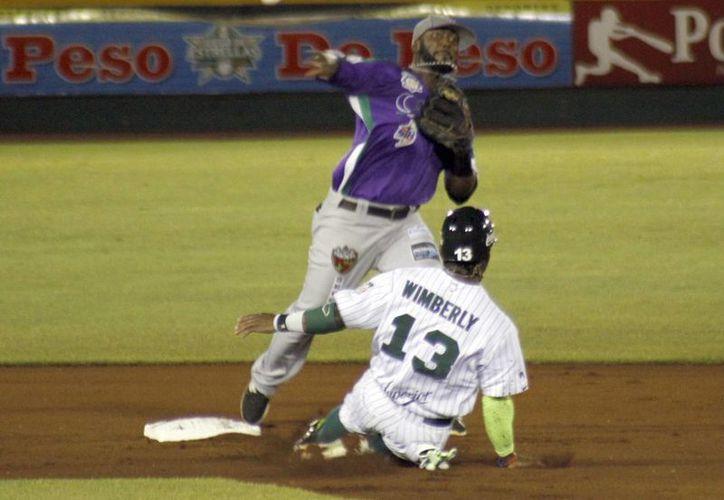 Delfines vencieron 4 a 2 a Leones de Yucatán en un partido en el que hubo discusiones y hasta amenazas de abandonar el partido por parte de Delfines. En la foto, Gilberto Mejía pone fuera en segunda base a Corey Wimberly. (Milenio Novedades)