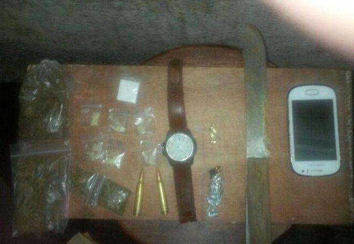 Al detenido se le decomisaron varias bolsitas con diferentes tipos de droga, cartuchos útiles, un cuchillo, un teléfono celular y un reloj Timex.  (Redacción/SIPSE)