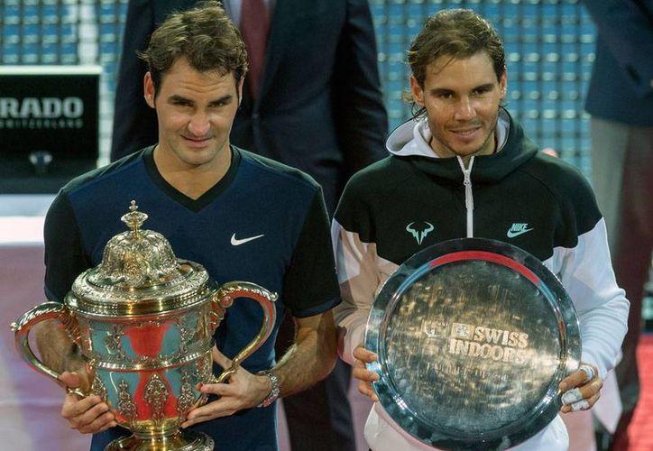 El suizo Roger Federer (izq.) derrotó a Rafael Nadal en la final del torneo de Tenis  bajo techo, en Suiza. (AP)