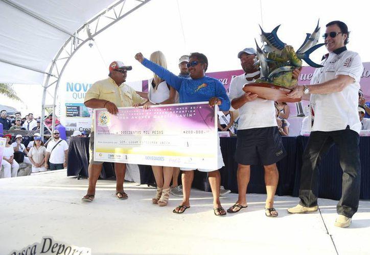 Los ganadores del primer lugar del torneo de pesca. (Luis Soto/SIPSE)