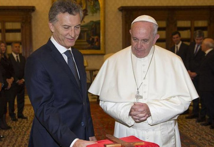 Encuentro de Macri y el Papa Francisco, en febrero en el Vaticano. Al devolver el dinero se agregó una posdata del Pontífice que decía: 'No me gusta el número 666'. (Agencias/Archivo)