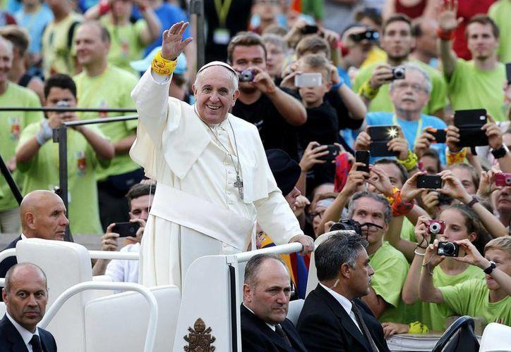 El Papa Francisco saluda a los 50 mil jóvenes alemanes que se reúnen en la plaza de San Pedro, en el Vaticano el pasado 5 de agosto. (Archivo/EFE)