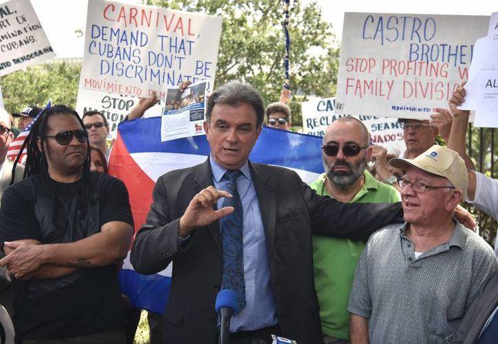 Fotografía de este 12 de abril de 2016, de Ramón Saúl Sánchez (c), líder del Movimiento Democracia, hablando con la prensa durante una manifestación frente a las oficinas de la la empresa de cruceros Carnival en Miami, Florida. (EFE/Archivo)