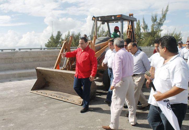 El día de ayer autoridades del estado realizaron un recorrido por las obras de remodelación del puente. (Jesús Tijerina/SIPSE)