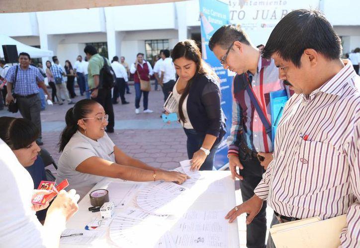 Ayer se ofertaron dos mil 537 puestos de trabajo en la Plaza de la Reforma. (Yajahira Valtierra/SIPSE)