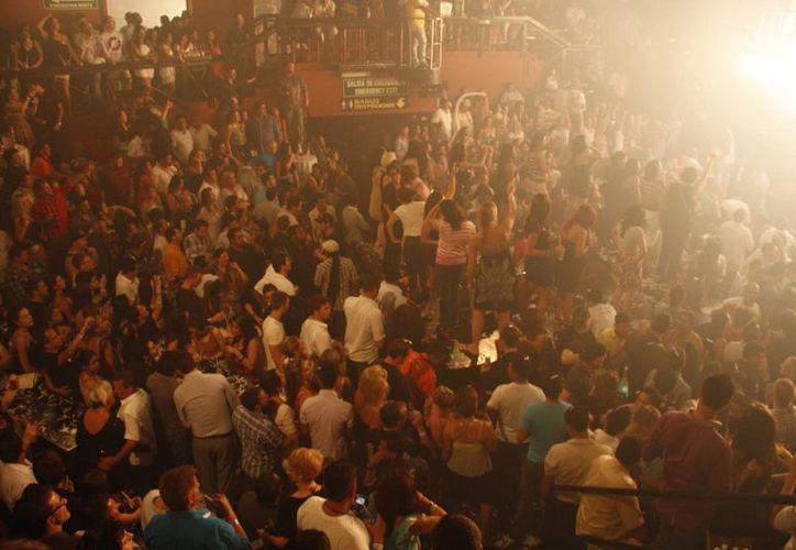 Presencia de turismo estudiantil en eventos nocturnos. (Israel Leal/SIPSE)