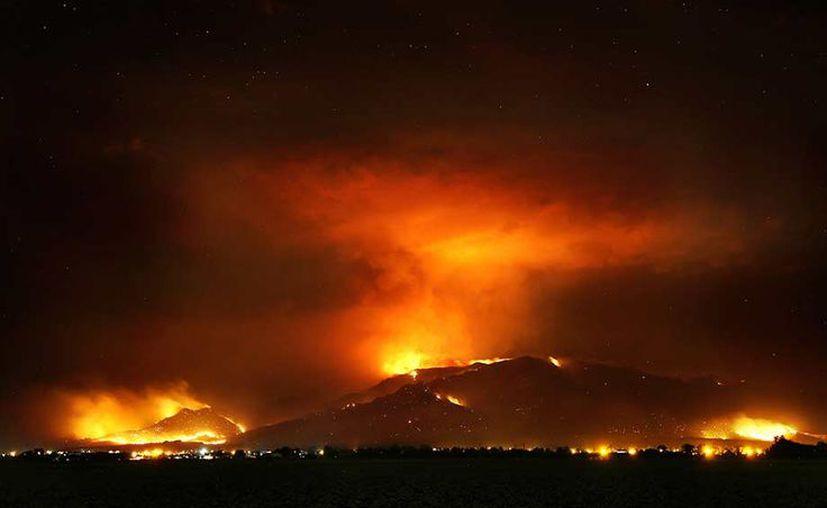 El incendio está afectando un área al sur de Prescott. (AP)