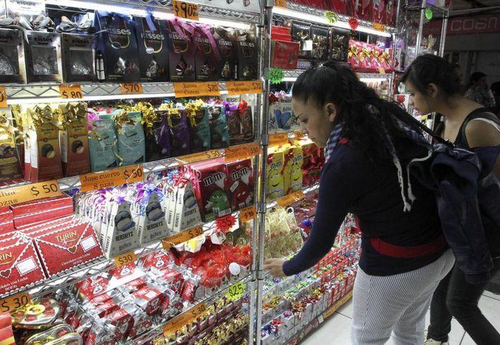 Los mexicanos piensan gastar hasta 300 pesos para su pareja en este día de San Valentín. (Notimex)