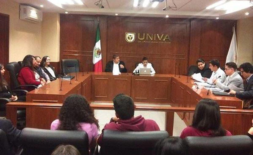 Imagen de la Jornada de Prácticas de Juicios Orales que forman parte de las actividades ordinarias de formación de estudiantes de la Universidad del Valle de Atemajac. (twitter.com/CSHUNIVA)