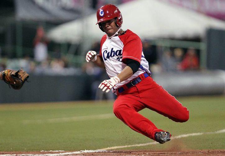 El beisbolista cubano Yadiel Hernandez desertó en Estados Unidos. En la foto, se barre durante el partido semifinal contra Venezuela en la Serie del Caribe. (EFE)