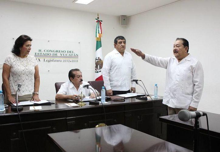 Con motivo de las elecciones, las solicitudes de licencia está a la orden del día en el Congreso de Yucatán, lo mismo que la toma de protesta de suplentes. En la imagen, la toma de posesión de José Giovani Canto Gómez, suplente de Mauricio Vila. (SIPSE)