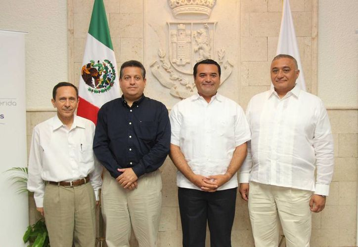 Los funcionarios propuestos con el alcalde Renán Barrera y el secretario del Ayuntamiento, Alejandro Ruz. (SIPSE)