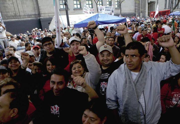 Integrantes del SME realizan un mitin frente a la SCJN. (Archivo Notimex)