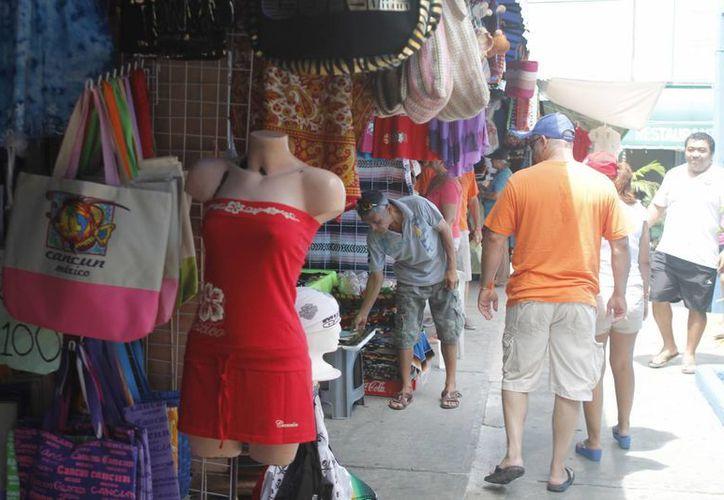 Aumentan las compras de los turistas fuera del hotel. (Israel Leal/SIPSE)