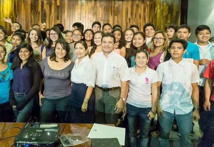 Unos 60 jóvenes de secundaria conforman la séptima generación del programa de formación científiuca. (Cortesía)