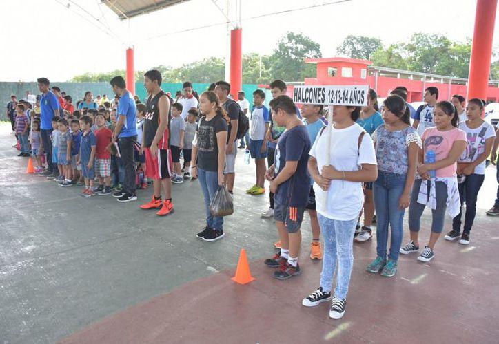En la unidad deportiva Chan Santa Cruz, se dio inicio de las actividades que formarán el curso vacacional. (Jesús Caamal/SIPSE)