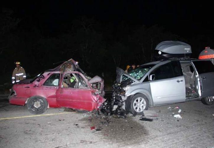 Los vehículos chocaron de frente, por lo que el conductor de uno de éstos falleció prensado. (Foto: Redacción/SIPSE)