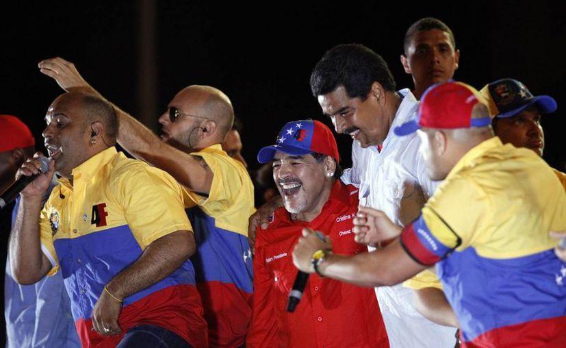 Diego Armando Maradona acompañó a Maduro en su multitudinario cierre de campaña, en Caracas. (Agencias)