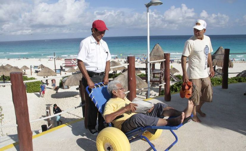 Recibe Zofemat cuatro sillas anfibias para los arenales Las Perlas y Del Niño. (Tomás Álvarez/SIPSE)