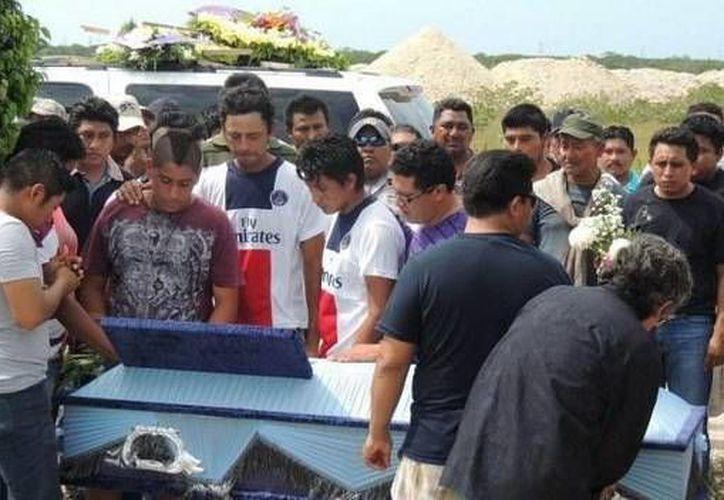 Compañeros del futbolista consternados por el fatal deceso dan el último adiós a  José Carlos May Reyes. (Milenio Novedades)