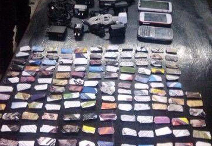 En el operativo incautaron 199 envoltorios con yerba seca, presuntamente marihuana, cuatro teléfonos celulares, ocho cargadores y 11 puntas. (Cortesía/SIPSE)