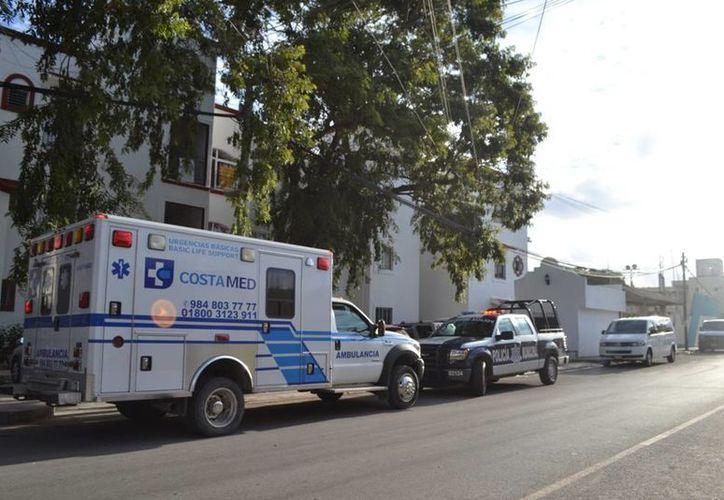 Al lugar arribaron paramédicos de la unidad  de emergencias de CostaMed de Playa del Carmen. (Redacción/SIPSE)