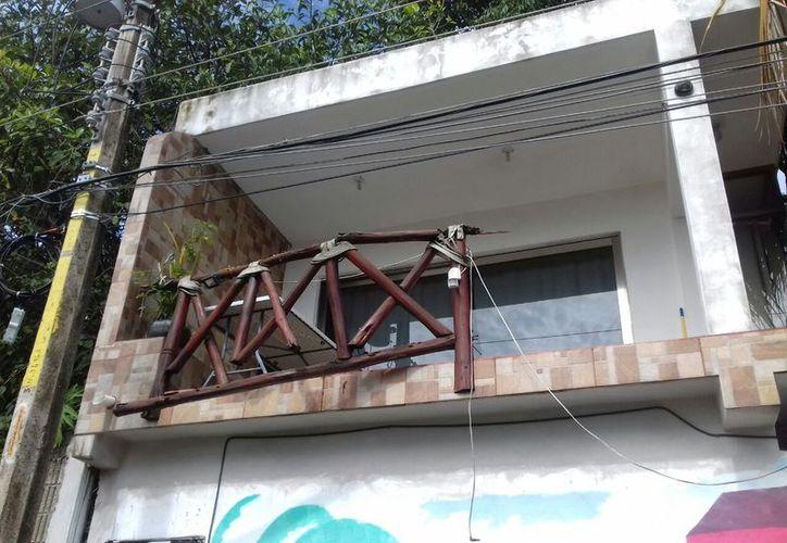 Una mujer cayó de un balcón tras romperse en Playa del Carmen. (Redacción/SIPSE).