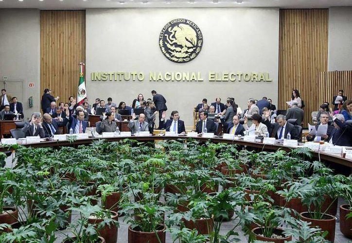 Imagen de la sesión extraordinaria del Consejo General del INE, en donde se autorizó a aspirantes a poder recibir aportaciones en efectivo. (@INEMexico)
