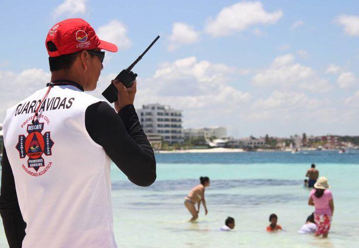 Los guardavidas identifican las zonas de peligro y las marcan con las banderas rojas, así como lugares de arena estable para nadar. (Luis Soto/SIPSE)