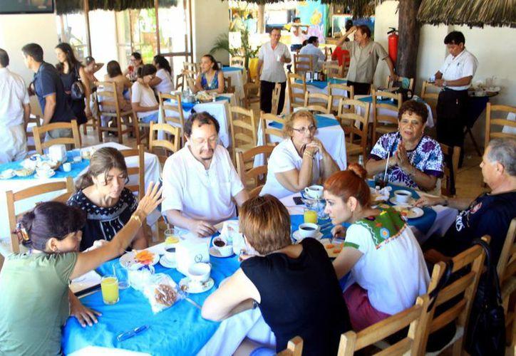 La alta afluencia de visitantes a los centros vacacionales deriva en la contratación de cada vez más personal. (Christian Ayala/SIPSE)