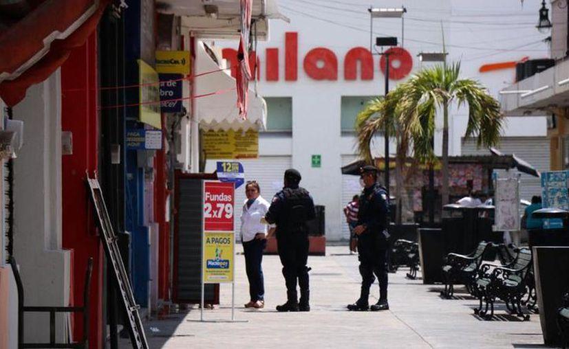 Dos grandes tiendas de electrodomésticos trabajaban de manera normal, hasta que agentes llegaron a exhortarlos a cerrar. (Foto: Victoria González Chablé)