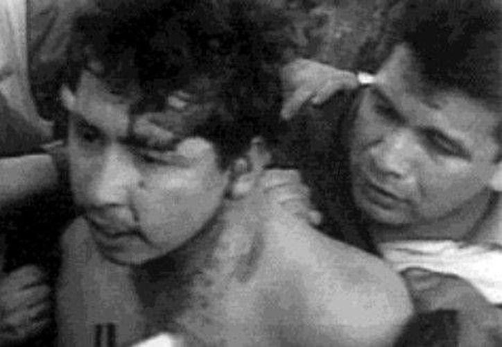 Mario Aburto Martínez durante su arresto en Lormas, Taurinas, tras el homicidio de Luis Donaldo Colosio en 1994. (Foto tomada de Milenio/Cortesía: PGR)