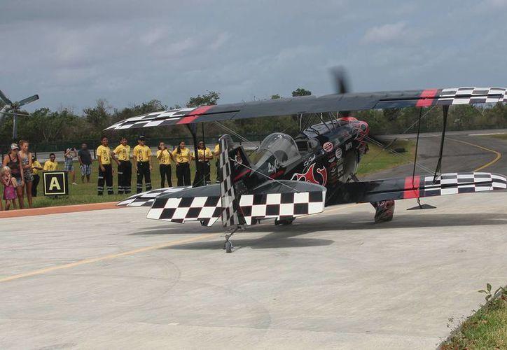 El aéreo show también cuenta con exposiciones de automóviles deportivos y de aviones a escala, entre otras actividades. (Julian Miranda/SIPSE)