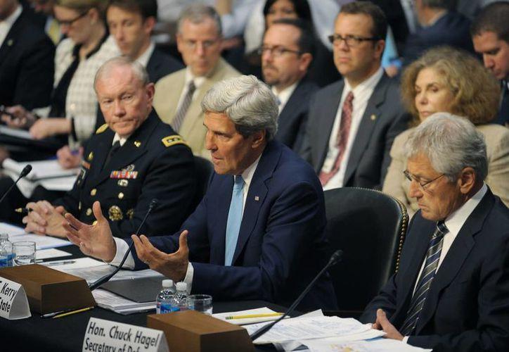 John Kerry (c), Lajdar Brahimi y Sergei Lavrov en rueda de prensa en Ginebra para hablar sobre las armas químicas en Siria.(EFE)