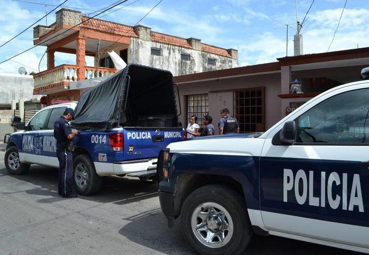 Los elementos de policíacos acudieron de inmediato  a la dirección para evitar el supuesto suicidio. (Redacción/SIPSE)
