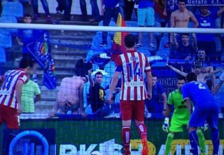 Al tirar el penal, Diego Costa fue distraído por un atrevido seguidor del Getafe. (infobae.com)