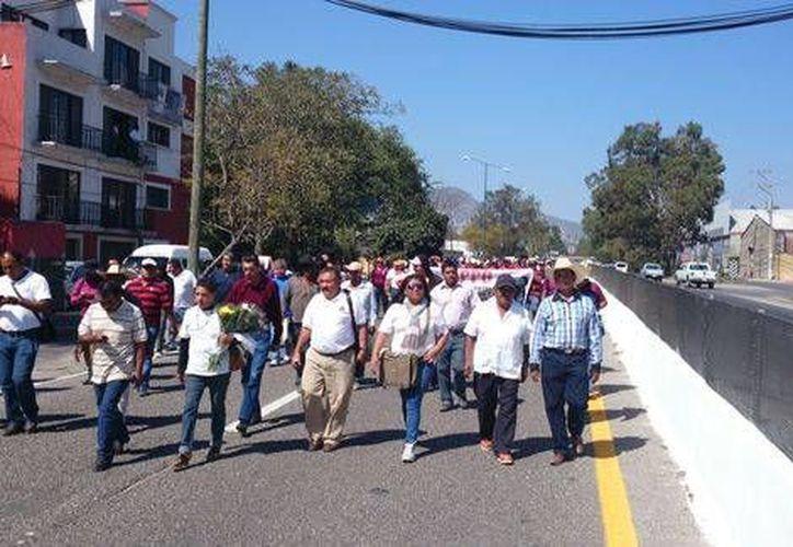 Miembros de la APPG, mineros, normalistas y habitantes en general formaron parte del bloqueo carretero en la Autopista del Sol. (Milenio)