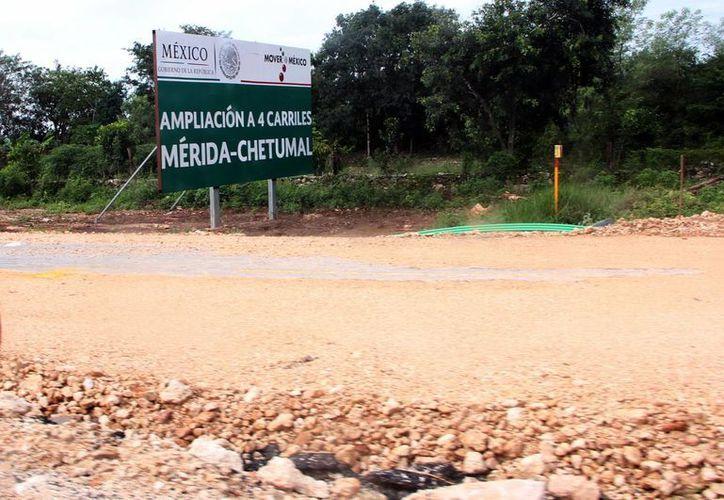 El actual segundo semestre del año se construirán 100 kilómetros y que para el próximo se proyecta la edificación de 50 kilómetros adicionales. Imagen de la vía a Chetumal en construcción. (Milenio Novedades)