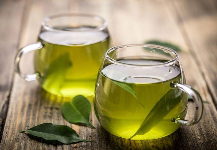 Un nuevo estudio sugiere que el té verde podría servir de escudo protector contra los daños de una dieta occidental. (VIX)