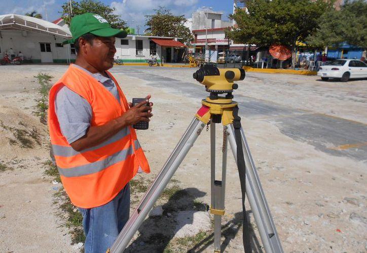 Los topógrafos comentaron que en una semana concluirán con los trabajos de medición en el predio. (Lanrry Parra/SIPSE)