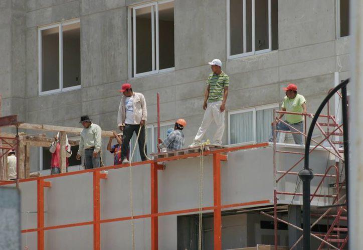La industria de la construcción fue la que captó el mayor número de trabajadores. (Harold Alcocer/SIPSE)