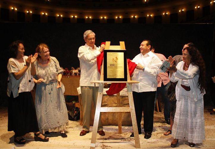 En el marco del festival del teatro  'Wilberto Cantón' develaron una placa conmemorativa por las cien presentaciones de la obra  'Don Quijote,historias andantes' de la dramaturga Raquel Araujo y Silvia Káter.(Milenio Novedades)