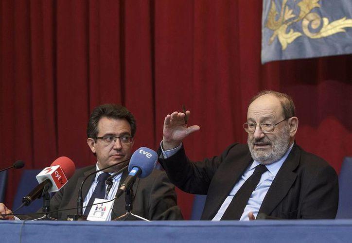 Umberto Eco (d), junto al rector de la Universidad de Burgos (UBU), Alfonso Murillo. (EFE)