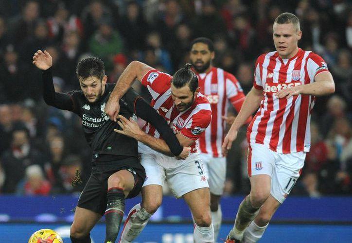 El Liverpool ganó en su visita al Britannia Stadium al imponerse por 1-0 a Stoke City en el partido de ida de la semifinal del Capital One Cup. (AP)