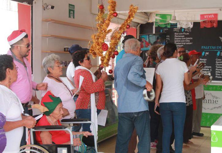 En Bacalar realizan una procesión por todo el barrio, en compañía de algunos amigos o familiares de aquellos de quienes la elaboran. (Javier Ortiz/SIPSE)