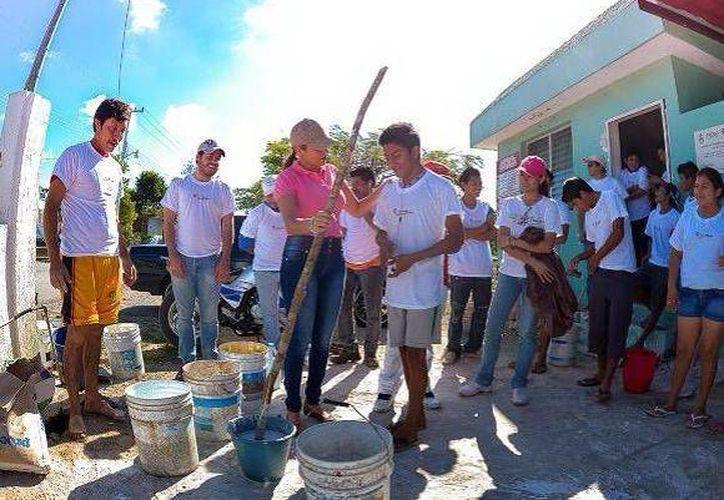 Vecinos de San Ignacio se unieron a los trabajos altruistas de miembros de la Fundación Sembrando Juntos. (Milenio Novedades)