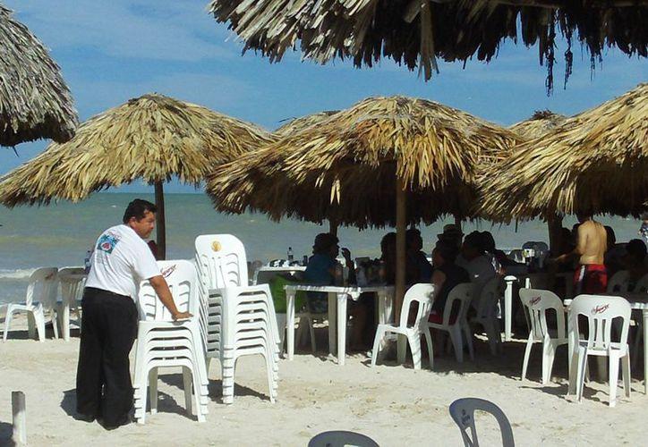 Los restaurantes del malecón estuvieron prácticamente vacíos, como si no hubiera llegado crucero. (Manuel Pool/SIPSE)