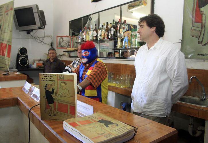 El comentarista de lucha libre Espectrín Gómez (con la máscara). (Christian Ayala/SIPSE)
