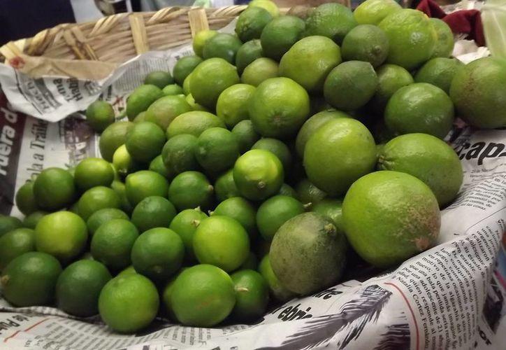 El alto precio del limón ha obligado a algunos comercios a sustituirlo por otros cítricos. (Redacción/SIPSE)