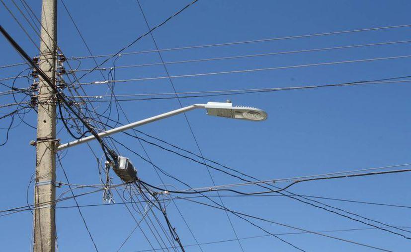 Desde hace un mes se realiza un operativo de mantenimiento de las luminarias, en el que se efectúan ajustes para que vuelvan a encender. (Harold Alcocer/SIPSE)
